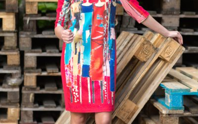 Rød kjole med trykk av de kjære fyrstikkpikene. Levolution.no