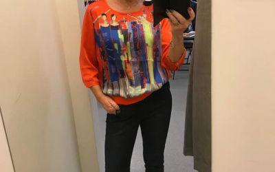 Bluse med «Fyrstikk-pike» motiv. Her er den orange varianten.